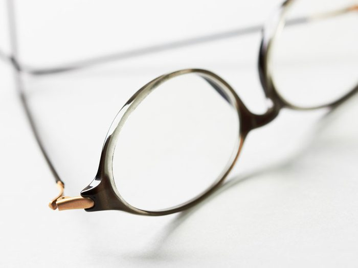 Troquez vos lentilles cornéennes contre vos lunettes pour éviter les allergies.
