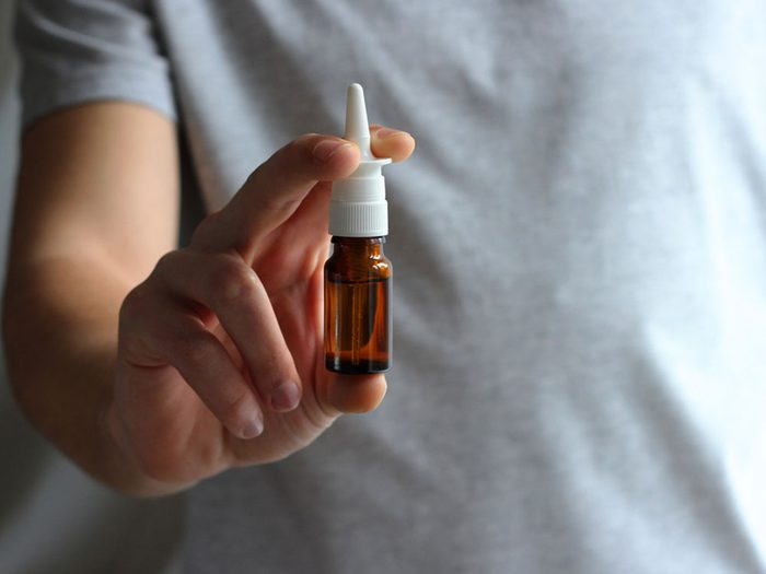 Vous devez prendre des médicaments contre les allergies quotidiennement.