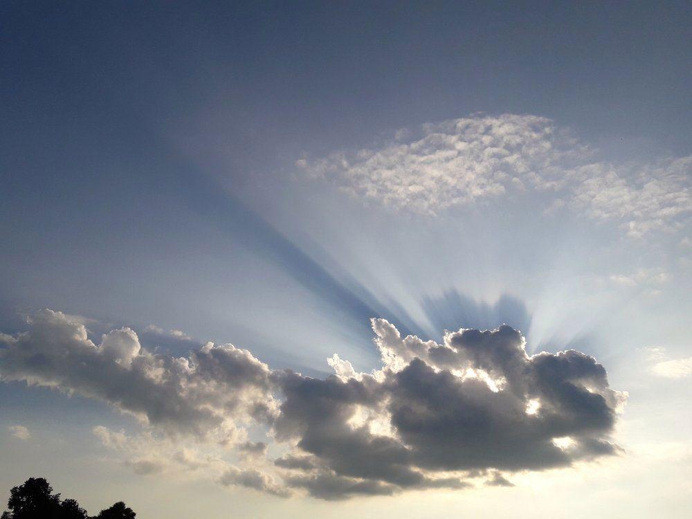 Risque de coup de soleil: vous croyez que les nuages vous protègent du soleil.