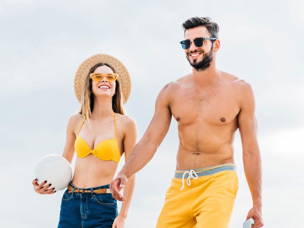 Risque de coup de soleil: vous vous rendez à la plage à midi.