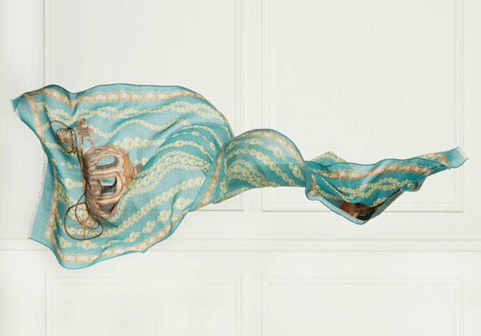 Ce foulard en soie est une bonne idée cadeau pour la fête des Mères
