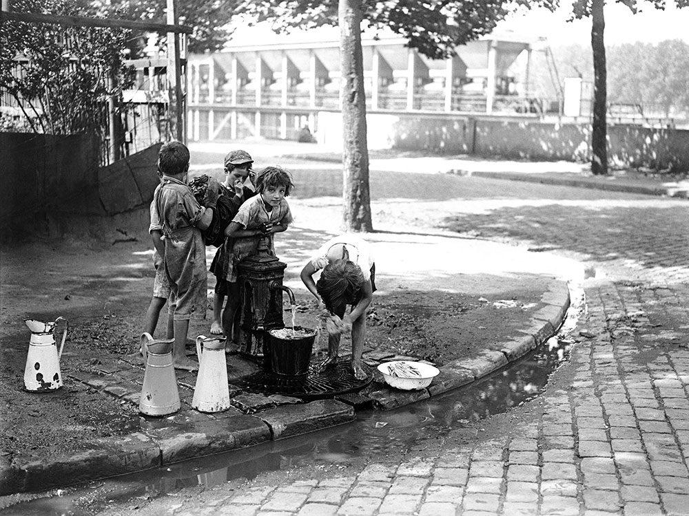 Une fontaine dans une rue parisienne, source d'hygiène.