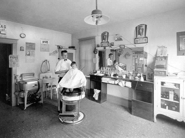 L'hygiène passe aussi par la coiffure.