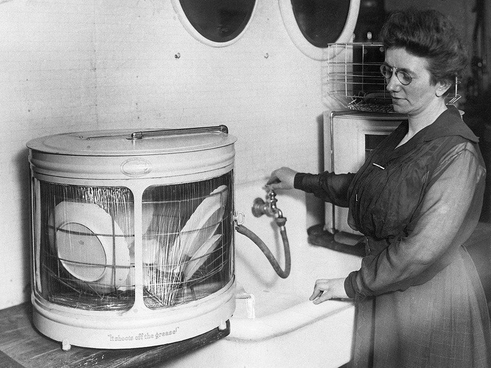 La première version du lave-vaisselle, une révolution en terme d'hygiène.