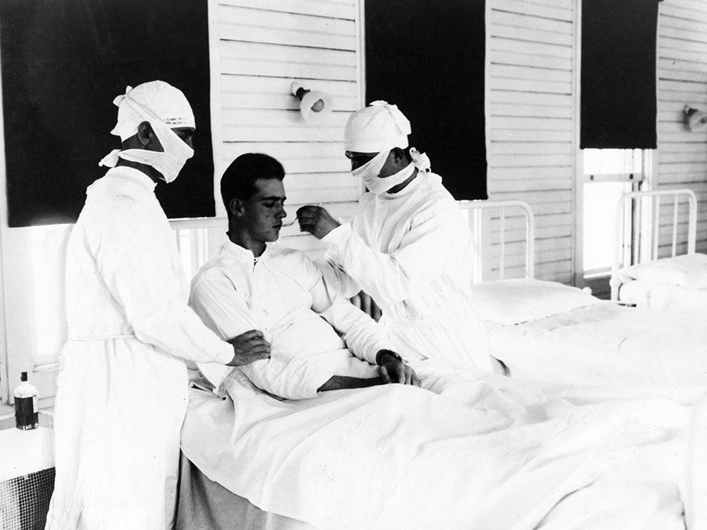 Les infirmières aident les malades.