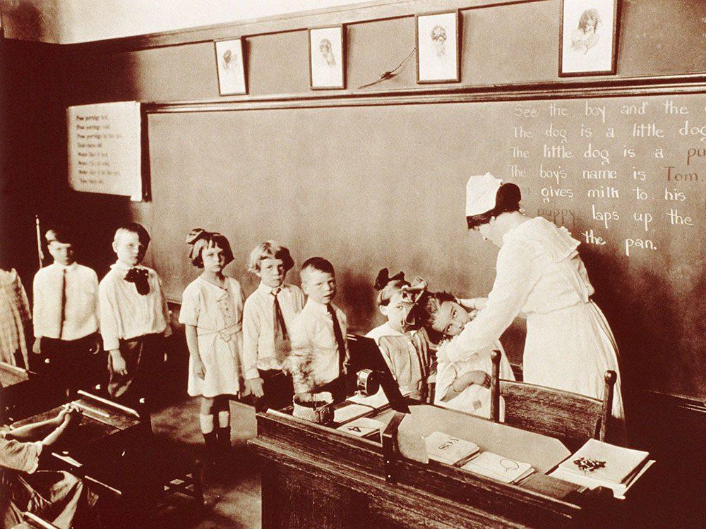 Les infirmières faisaient l'examen médical à l'école.