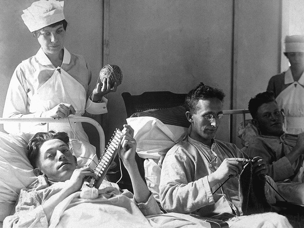 Les infirmières aidaient aux loisirs des convalescents.