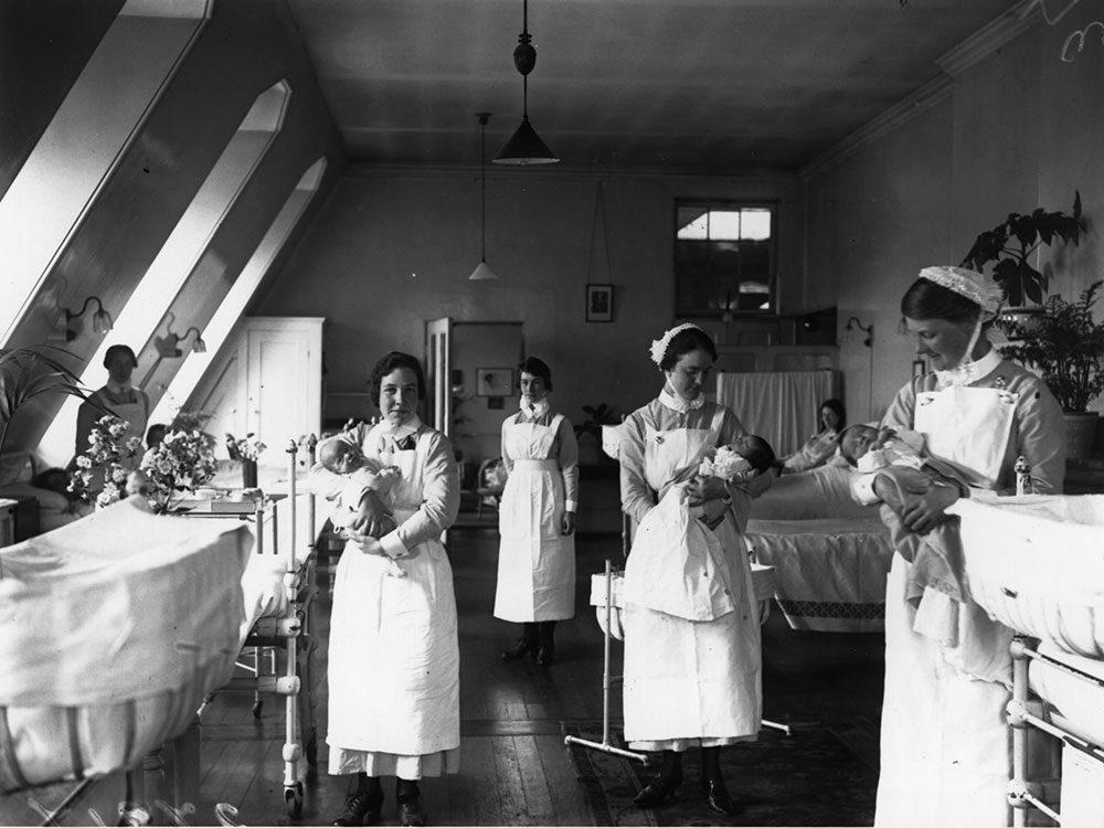 Les infirmières s'occupaient des bébés à la maternité.