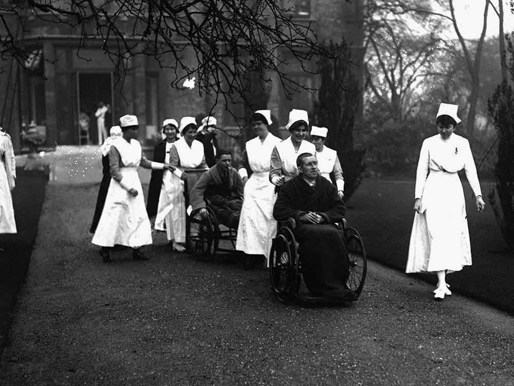 Les infirmières et les patients en promenade.