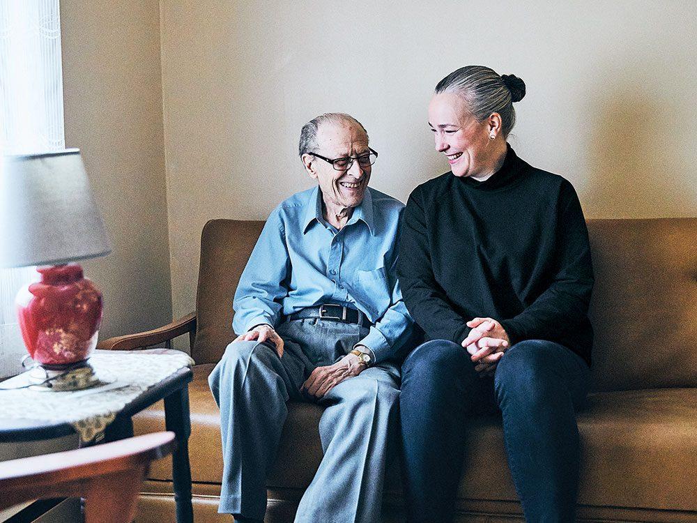 Isolement des ainés: Stéphanie Verge rencontre chaque semaine Raoul Gagnon, chez lui, à Montréal.
