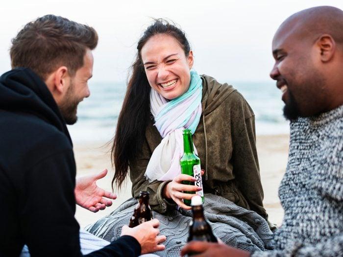 Faites-vous de nouveaux amis et gardez les anciens pour prévenir la maladie d'Alzheimer.