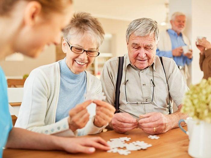 Adoptez ces bonnes habitudes pour éloigner la maladie d'Alzheimer et garder son cerveau en santé.