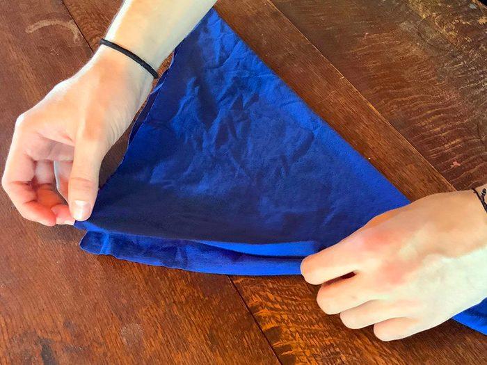 Comment faire un masque à partir d'un t-shirt: étape 3.