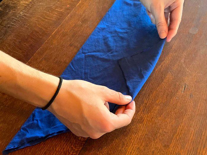 Comment faire un masque à partir d'un t-shirt: étape 4.
