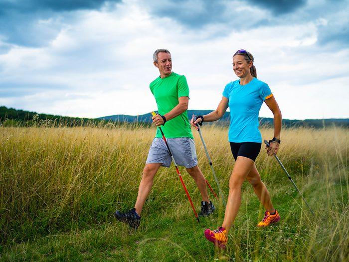 Perte de poids: pratiquez la marche nordique comme en Finlande.