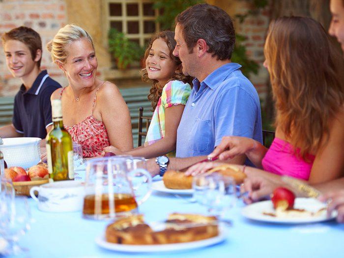 Perte de poids: asseyez-vous longtemps, discutez beaucoup comme en France.
