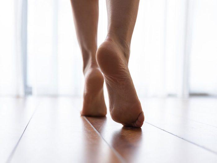 Marcher pieds nus dans votre maison.