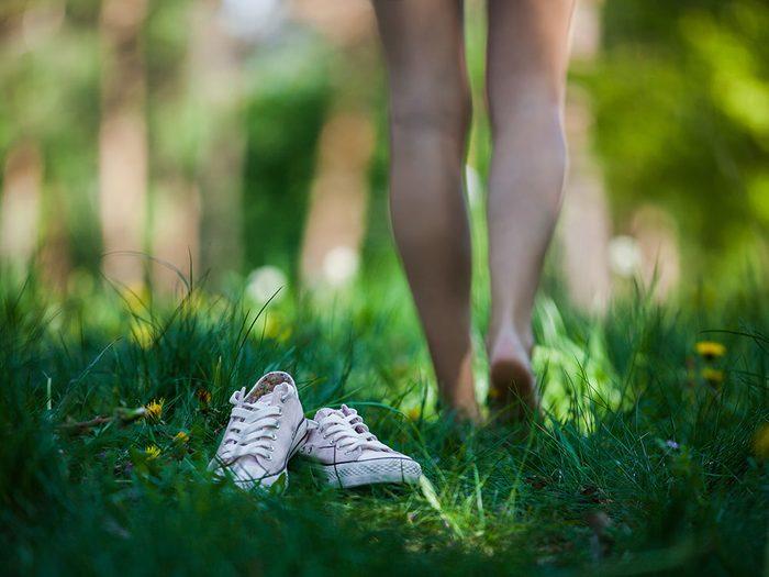 Se promener pieds nus pourrait être l'une des grandes joies sensorielles de la vie.