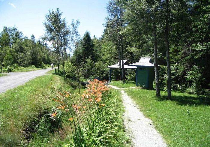 La piste cyclable le sentier du parc linéaire des Bois-Francs (Estrie).