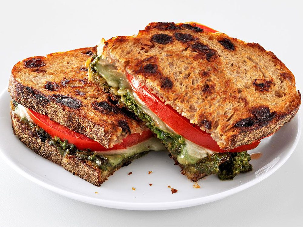 Recette de grilled cheese au pesto.