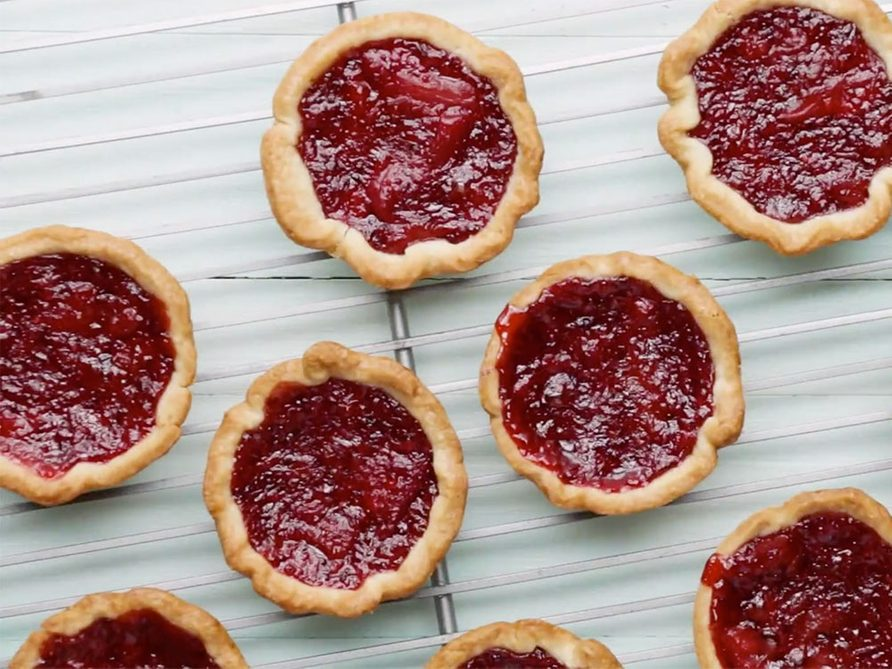 Recette de tartelettes à la rhubarbe et aux fraises.