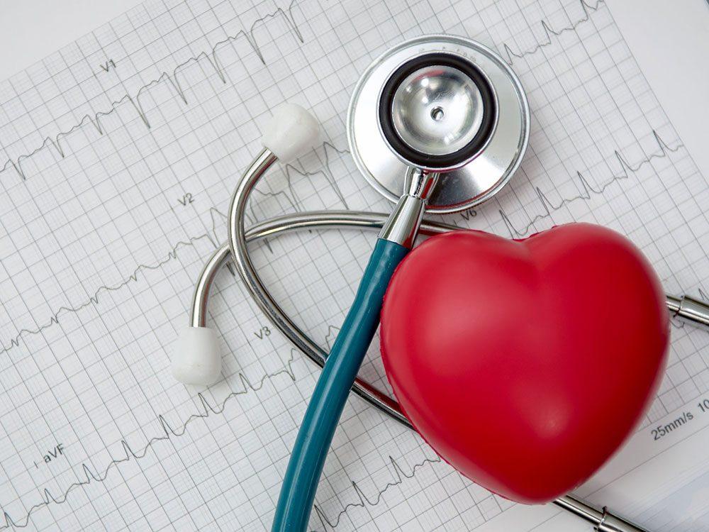 Les problèmes cardiaques font partie des symptômes de la COVID-19.