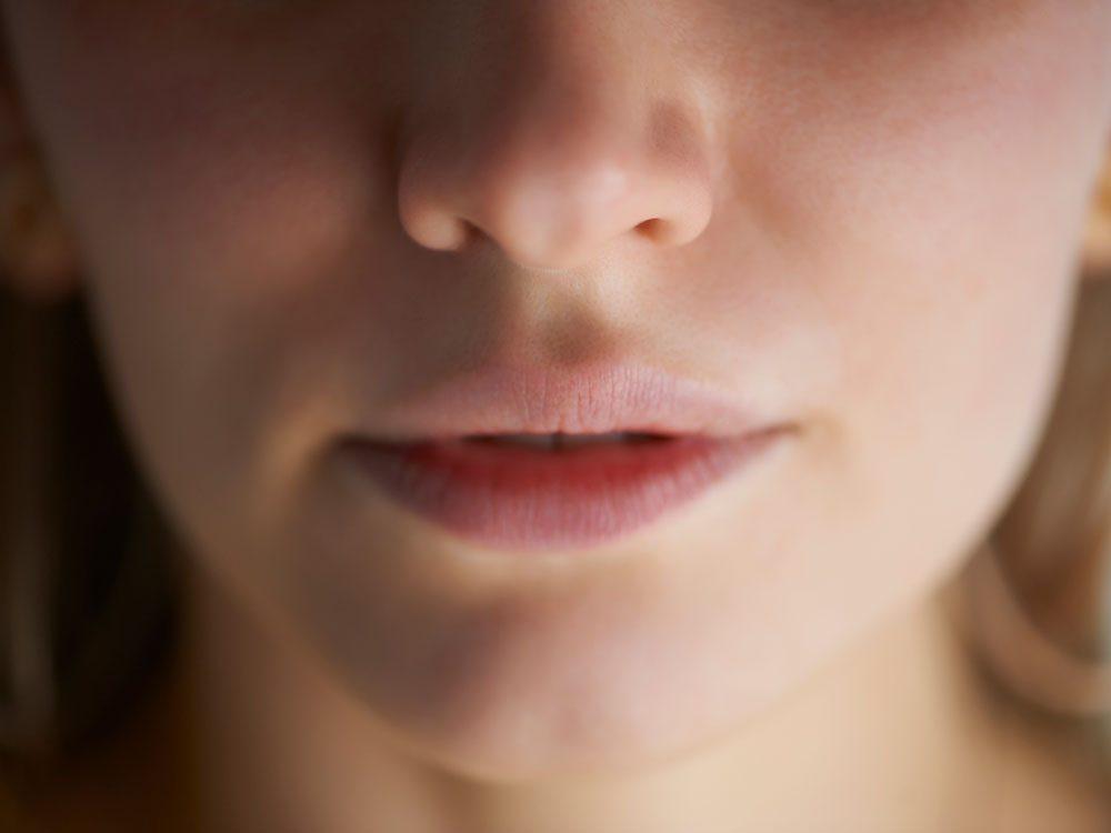 La perte de l'odorat ou du goût est l'un des symptômes de la COVID-19.