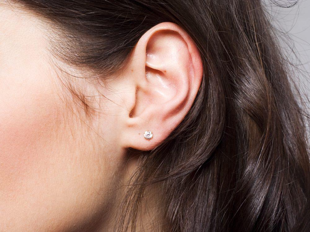 Un bourdonnement dans les oreilles comme symptôme.