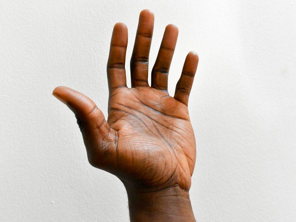 Les mains qui tremblent comme symptômes.
