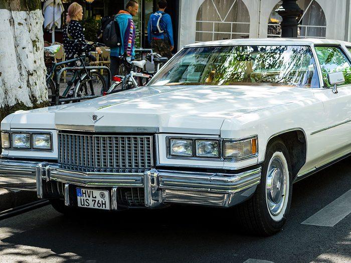 La voiture Cadillac Coupe de Ville de 1975.