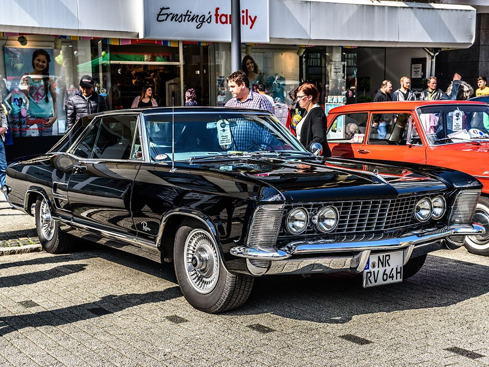 La voiture Buick Riviera de 1963.