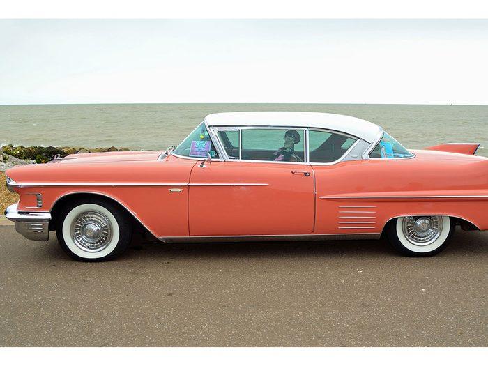 La voiture Cadillac Coupe de Ville de 1959.