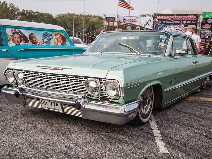 La voiture Chevrolet Impala de 1965.