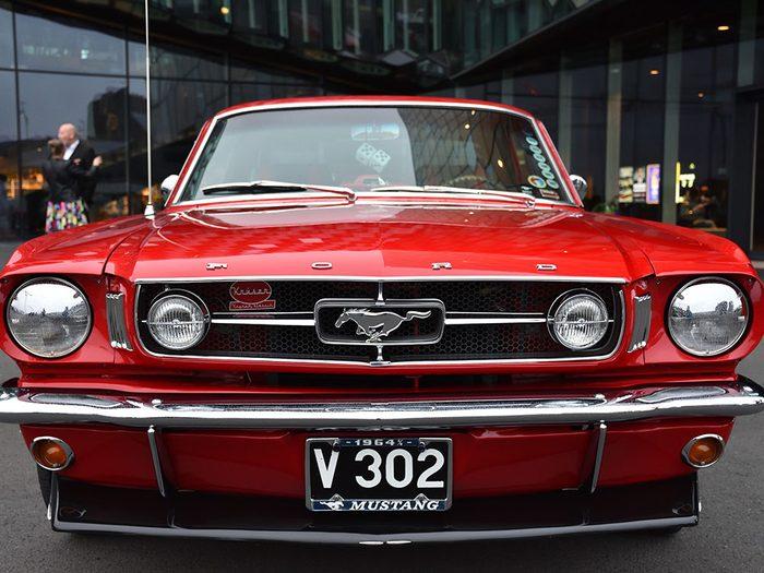La voiture Ford Mustang de 1964.