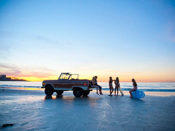 Des amis qui profitent d'une belle soirée au bord de la plage.