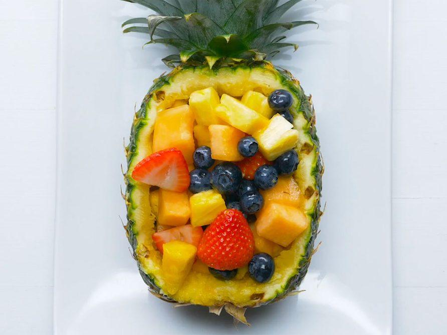 Salade de fruits dans un ananas.
