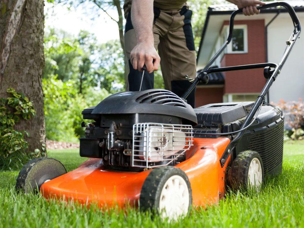 Ne pas laisser traîner d'outils pour le jardin dans son arrière-cour.
