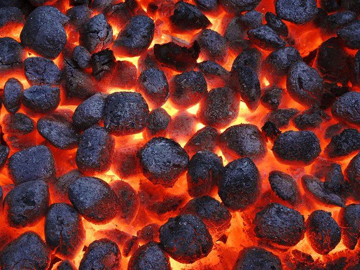 Barbecue au charbon de bois sous forme de briquettes.