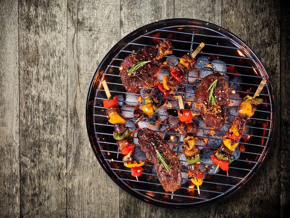 Les avantages du barbecue au charbon de bois.
