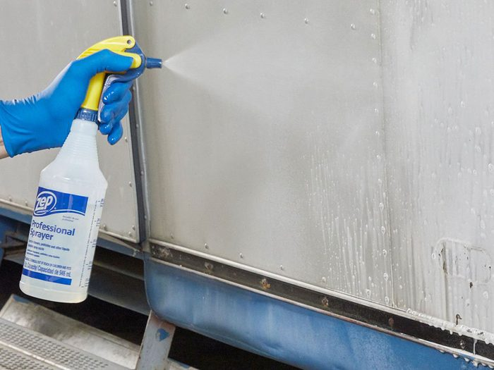 Préparation de l'aluminium pour la peinture de la caravane rétro.