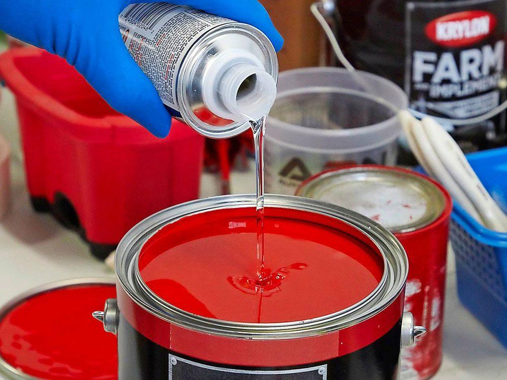 Ajouter un catalyseur pour la peinture de la caravane rétro.