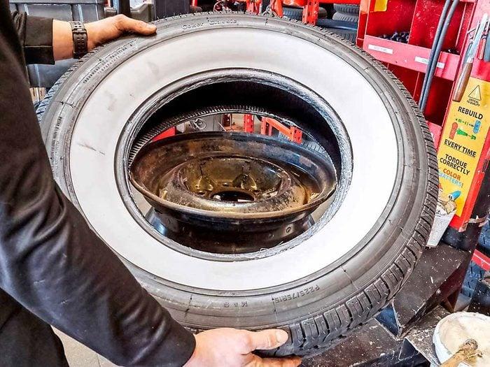 Les pneus à flancs blancs de la caravane rétro.