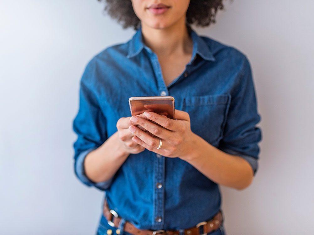 Vous découvrez des appels ou des SMS que vous n'avez pas envoyés sur votre téléphone cellulaire.