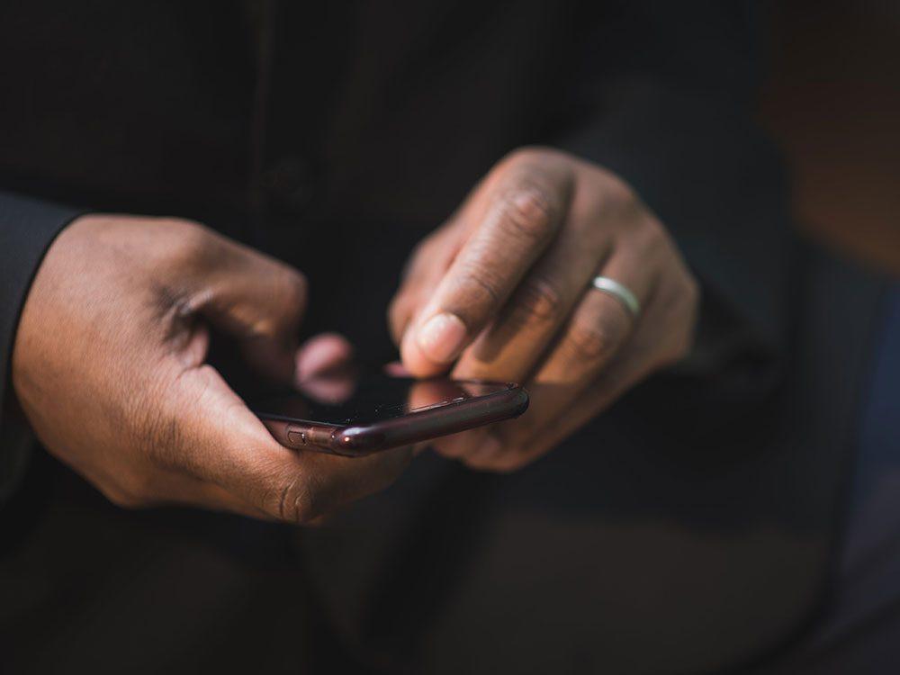 Vos comptes agissent bizarrement sur votre téléphone cellulaire.