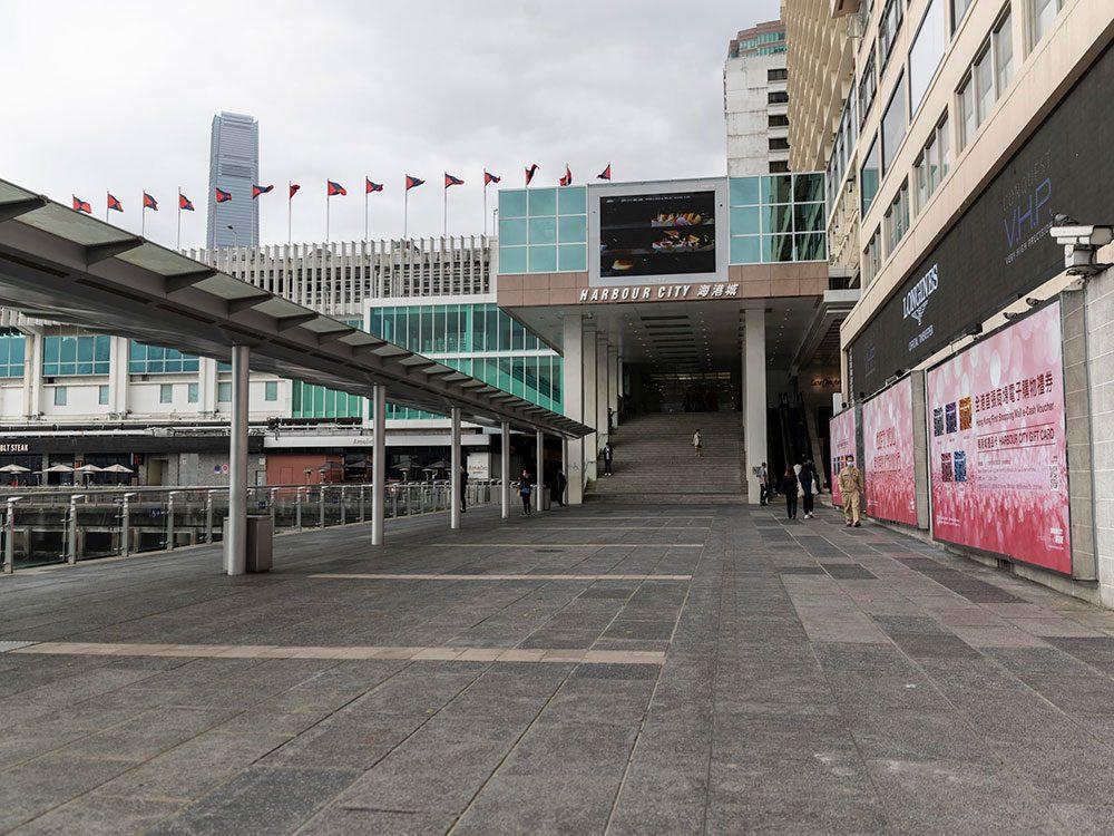 Centre commercial abandonné ou une scène de Twilight Zone?