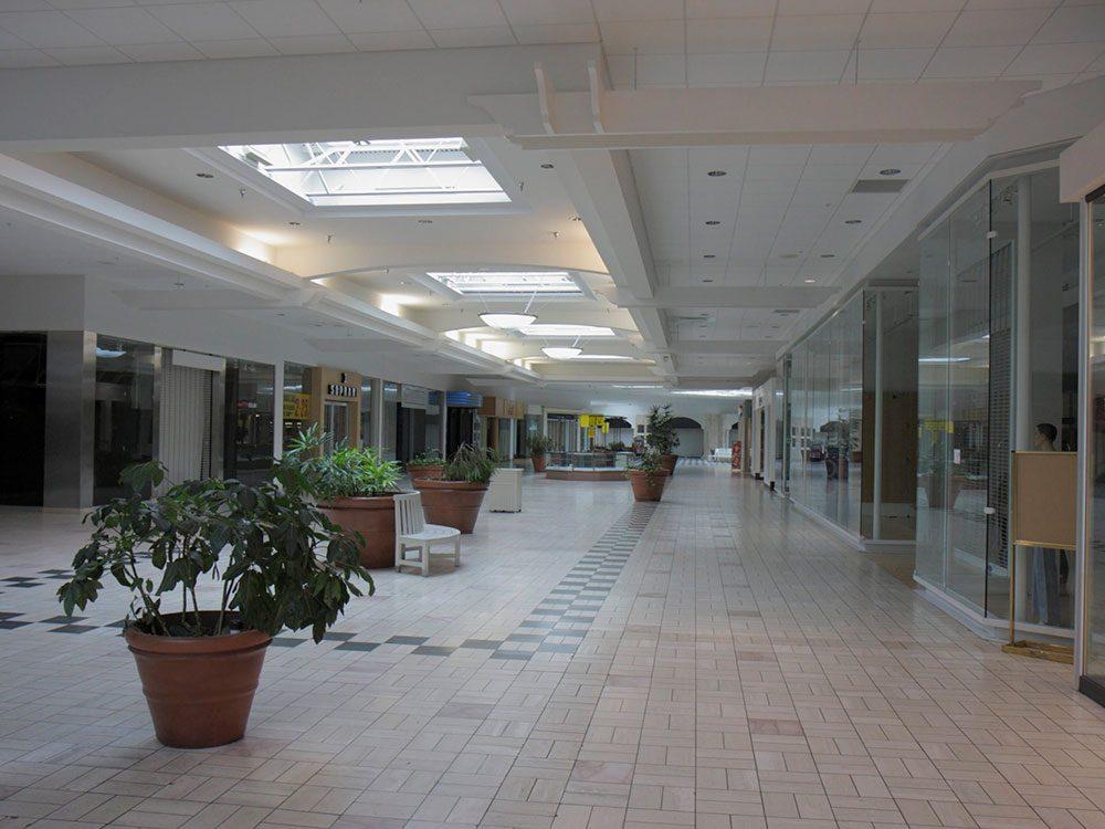 Ce centre commercial de Palm Beach est complètement abandonné.