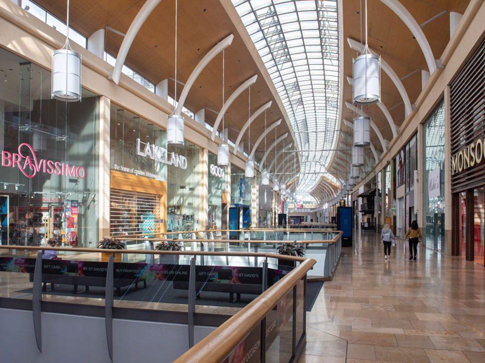 On dirait que ce centre commercial du Royaume-Uni a toujours été abandonné.