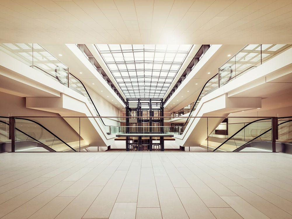 Un centre commercial abandonné et totalement vide.