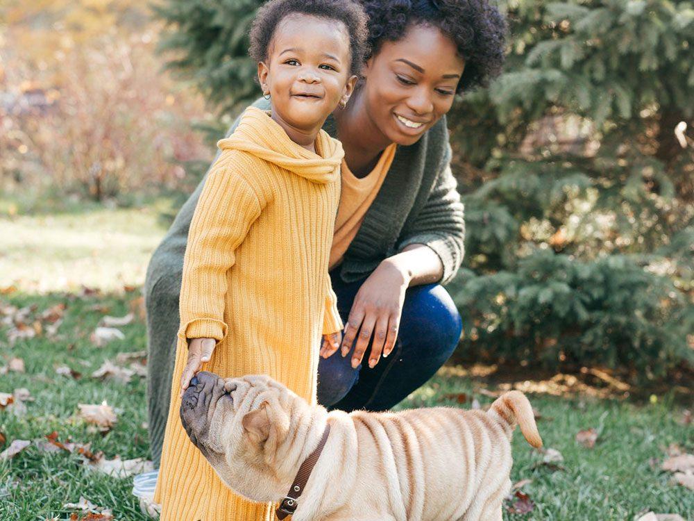 Leur maman semble heureuse d'être témoin de ce moment de complicité entre ce chien et ce bébé.