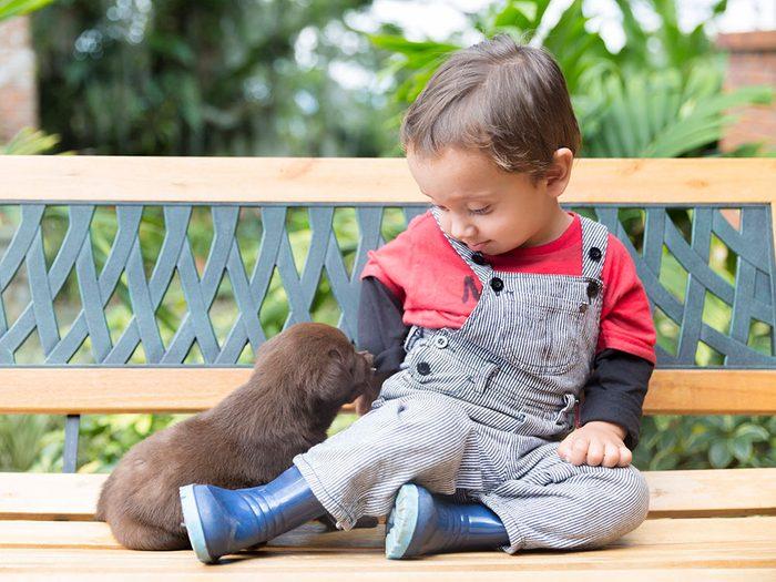 Le chien de ce bébé est encore plus petit que lui!